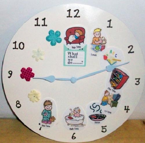 Hãy hình ảnh hóa những từ ngữ khô khan bằng cách lồng ghép chúng trên mặt đồng hồ. Như vậy sẽ giúp dạy cho trẻ để nắm bắt, làm quen với việc xây dựng thời gian biểu hợp lý.