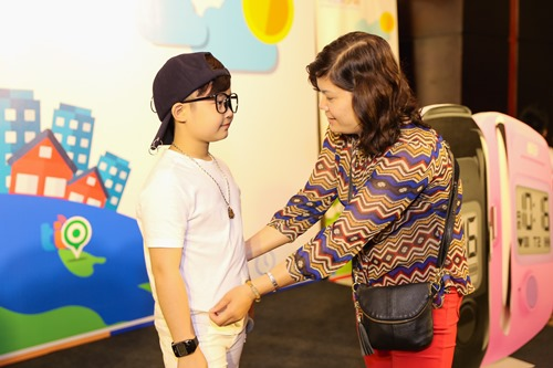 Bé Tuấn Ngọc được mẹ chăm sóc trước khi lên sân khấu.