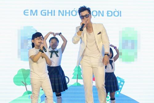 Tuấn Ngọc đọc rap cho Đinh Mạnh Ninh rất đáng yêu.