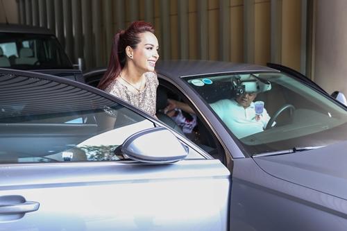 Nhạc sĩ Minh Khang tự lái xe chở gia đình đi sự kiện.