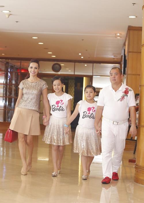 Gia đình Minh Khang - Thúy Hạnh diện trang phục đồng bộ.