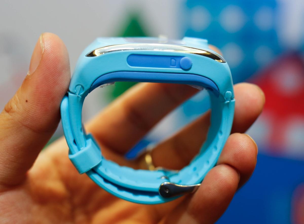 Đồng hồ được làm bằng nhựa cứng còn dây bằng cao su mềm, có khả năng chống nước theo chuẩn IP65. Tio cứng cáp và chắc chắn tuy nhiên một số chi tiết vẫn chưa được hoàn thiện tốt.