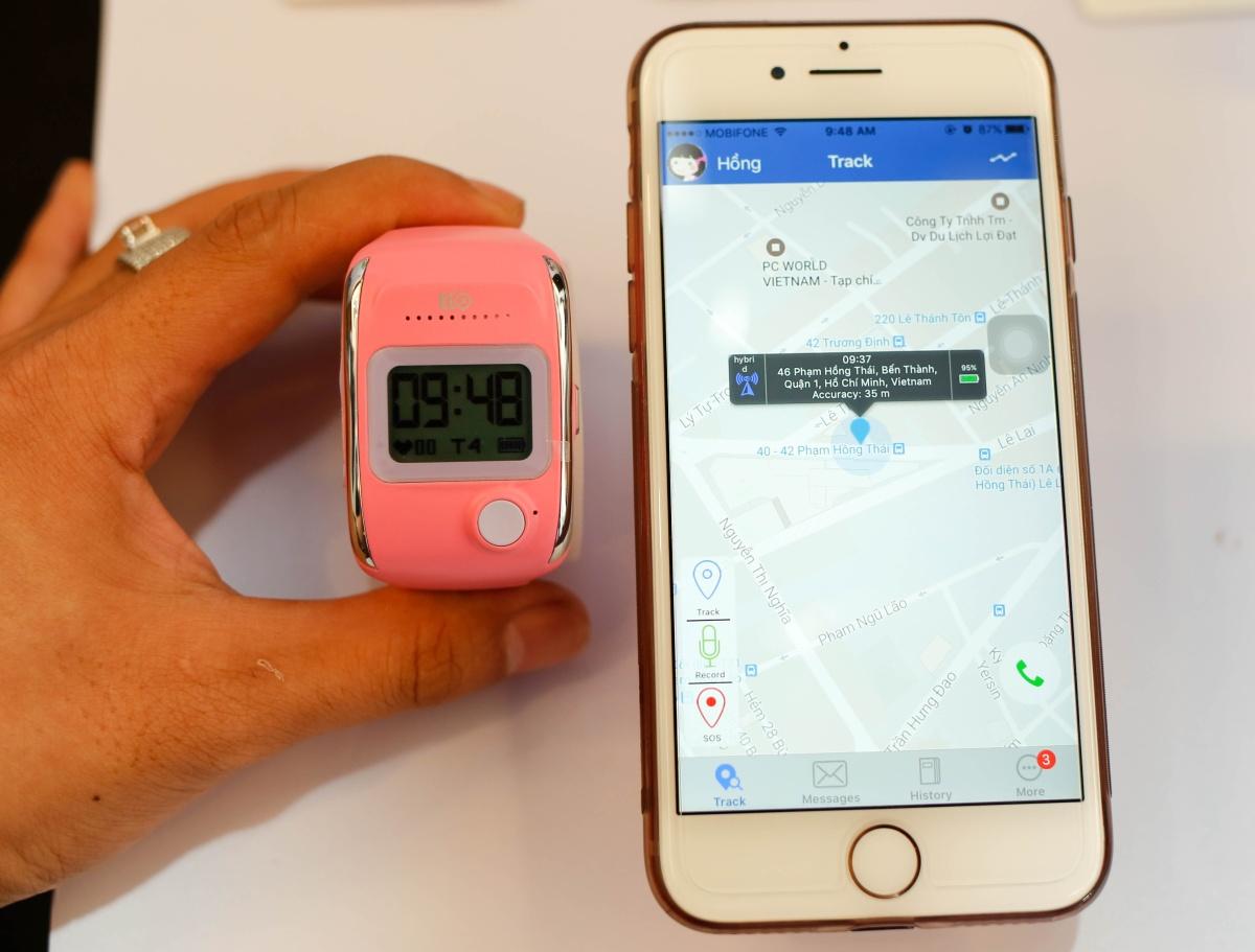 Bên cạnh các tính năng của đồng hồ thông mình, Tio có thể giúp bố mẹ theo dõi con cái từ xa bằng ứng dụng cài đặt trên smartphone, như định vị bằng GPS và sóng GSM cho phép gia đình kiểm tra vị trí con mình trên bản đồ Google Maps chính xác. Toàn bộ hành trình di chuyển của bé sẽ được ghi lại và cập nhật lên ứng dụng trên smartphone. Đặc biệt, khi bé gặp chuyện khẩn cấp và bấm nút SOS, ngay lập tức đồng hồ sẽ cảnh báo đến cha mẹ thông qua tin nhắn và ứng dụng.
